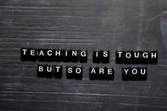 La enseñanza es dura pero así que es usted en bloques de madera Concepto de la educaci?n, de la motivaci?n y de la inspiraci?n imagenes de archivo