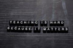 La enseñanza es dura porque importa en bloques de madera Concepto de la educaci?n, de la motivaci?n y de la inspiraci?n foto de archivo