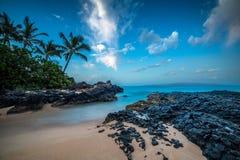 La ensenada secreta de Maui debajo de las estrellas Imagenes de archivo