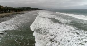 La Entrada,厄瓜多尔20180914寄生虫天线-在接踵而来的低海浪的飞行 股票录像