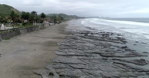La Entrada,厄瓜多尔- 2018年9月14日-寄生虫天线-在低潮岩石的飞行  影视素材