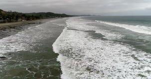 La Entrada,厄瓜多尔- 2018年9月14日-寄生虫天线-在接踵而来的低海浪的飞行 股票录像