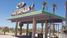 La entrada abandonada de la muestra del parque del agua del rockahoola en Newberry salta California Imagenes de archivo
