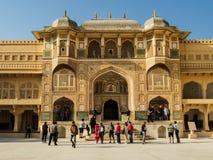 La entrada adornada de Amber Fort en Jaipur, la India imagenes de archivo