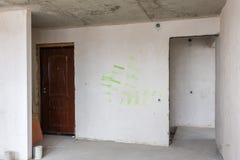 La entrada al apartamento en el nuevo edificio, disposición imagen de archivo