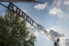 La entrada al campo de concentración de Auschwitz II en Brzezinka, Polonia fotografía de archivo