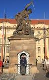 La entrada al castillo de Praga guardado por el castillo guarda, Praga Imagenes de archivo