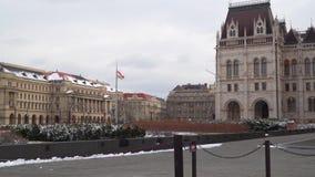 La entrada al cuadrado cerca del parlamento húngaro almacen de video