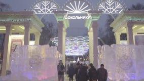 La entrada al parque de Sokolniki holiday Parque de Sokolniki Moscú Picea de guirnaldas en el parque del invierno de la noche Nav almacen de metraje de vídeo