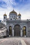 La entrada al pasillo de las catedrales de la iglesia de la catedral más grande de la iglesia ortodoxa rusa Fotografía de archivo