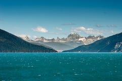La entrada al trullo coloreó las aguas glaciales de Taku Inlet ventoso, Juneau, Alaska, los E.E.U.U. imagen de archivo libre de regalías