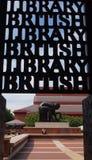 La entrada a la Biblioteca Brit?nica en Londres, Inglaterra fotografía de archivo