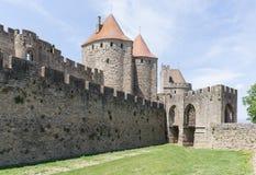 La entrada cobbled a la fortaleza emparedada de la ciudad de Carcasona Imagen de archivo