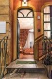 La entrada con los años 50 contiene la escalera, imagen vertical imagen de archivo libre de regalías