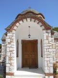La entrada de la iglesia de Agios Nikolaos y de Agia Anastasia en el puerto pesquero de Olympiada, Halkidiki foto de archivo libre de regalías