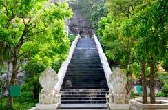 La entrada de la puerta con la escalera del naga para caminar de la gente va al prayi Fotografía de archivo