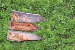 La entrada de madera firma adentro varias idiomas foto de archivo