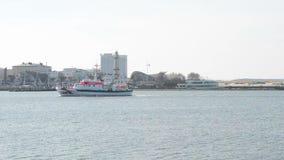 La entrada de puerto de Warnemunde en el mar Báltico En el embarcadero hay una pequeña choza con una estatua y un faro Localizado almacen de video
