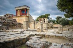 La entrada del norte del palacio con el fresco de carga del toro en Knossos en Creta foto de archivo