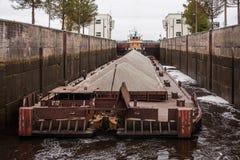 La entrada del ` del tirón - ` 40 y gabarra, el río Volga, oblast de Vologda de la Federación Rusa 29 de septiembre de 2017 La en Fotografía de archivo