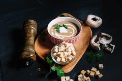 La entrada en el restaurante, sopa deliciosa cremosa de la crema de la seta sirvió caliente y los chiles Fotos de archivo