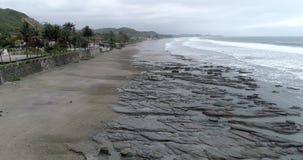 La Entrada, Equador - 14 de setembro de 2018 - antena do zangão - voo sobre rochas da maré baixa filme