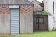 La entrada estrecha alta de la puerta del obturador del rodillo se cerró cerrado foto de archivo libre de regalías