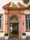 La entrada hermosa a Loewen-Apotheke - la farmacia más vieja de Alemania en la ciudad más vieja de Alemania imagen de archivo