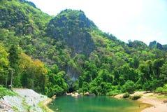 La entrada a la cueva de Kong Lor en Laos central imagenes de archivo