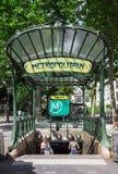 La entrada a la estación de metro de las abadesas París, Francia Fotos de archivo libres de regalías