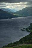 La entrada a las montañas con el lago gana Fotografía de archivo libre de regalías