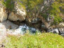 La entrada a lo largo de los acantilados costeros de California y los pequeños guijarros vara - la carretera 1 del viaje por carr fotografía de archivo libre de regalías