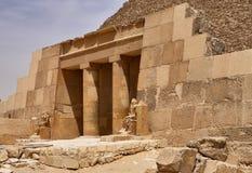 La entrada a la pirámide de Cheops Khufu, la gran pirámide de Giza - el más grande de las pirámides egipcias - en un día soleado, fotos de archivo
