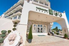 La entrada principal al hotel de cinco estrellas en el pueblo de Kranevo en Bulgaria Fotos de archivo libres de regalías