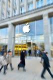 La entrada principal de Apple Store en la ciudad de Hamburgo Imágenes de archivo libres de regalías
