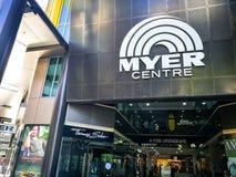 La entrada principal del centro comercial de Myer en la alameda de Rundle foto de archivo libre de regalías