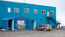 La entrada a una tienda general adornó con las etiquetas engomadas en el deadhorse en el Círculo Polar Ártico Fotos de archivo libres de regalías