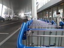 La entrada y aparcamiento del Zurich-aeropuerto ZRH Foto de archivo