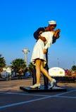 La entrega incondicional de la estatua en la ciudad italiana Civitavecchia y x28 de la costa; Italy& x29; imágenes de archivo libres de regalías