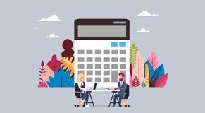 La entrevista del funcionamiento de la calculadora del hombre y de la mujer de negocios junta se sienta en el escritorio de ofici ilustración del vector