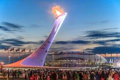 La erección olímpica de la antorcha con la llama ardiente en el parque olímpico era el lugar principal de las olimpiadas de invie Imagen de archivo