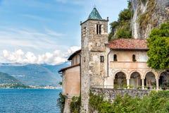 La ermita de Santa Caterina del Sasso es cara de la roca que sobresale por directamente el lago Maggiore Foto de archivo