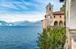 La ermita de Santa Caterina del Sasso es cara de la roca que sobresale por directamente el lago Maggiore Fotografía de archivo