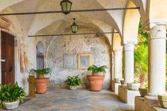 La ermita del siglo de Santa Caterina del Sasso XIII se encaramó en un canto rocoso en el lago Maggiore, Italia Pórtico de la igl Imágenes de archivo libres de regalías