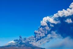 La erupción del Etna pasado en Sicilia imagen de archivo libre de regalías