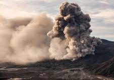 La erupción del volcán de Bromo Foto de archivo