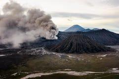 La erupción del volcán de Bromo, Java Oriental Imagen de archivo libre de regalías