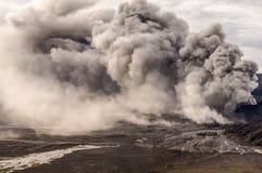 La erupción del volcán de Bromo, Java Oriental Fotos de archivo libres de regalías