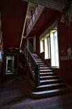 La escalera abandonada de la mansión fotos de archivo