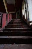 La escalera abandonada de la mansión imagenes de archivo
